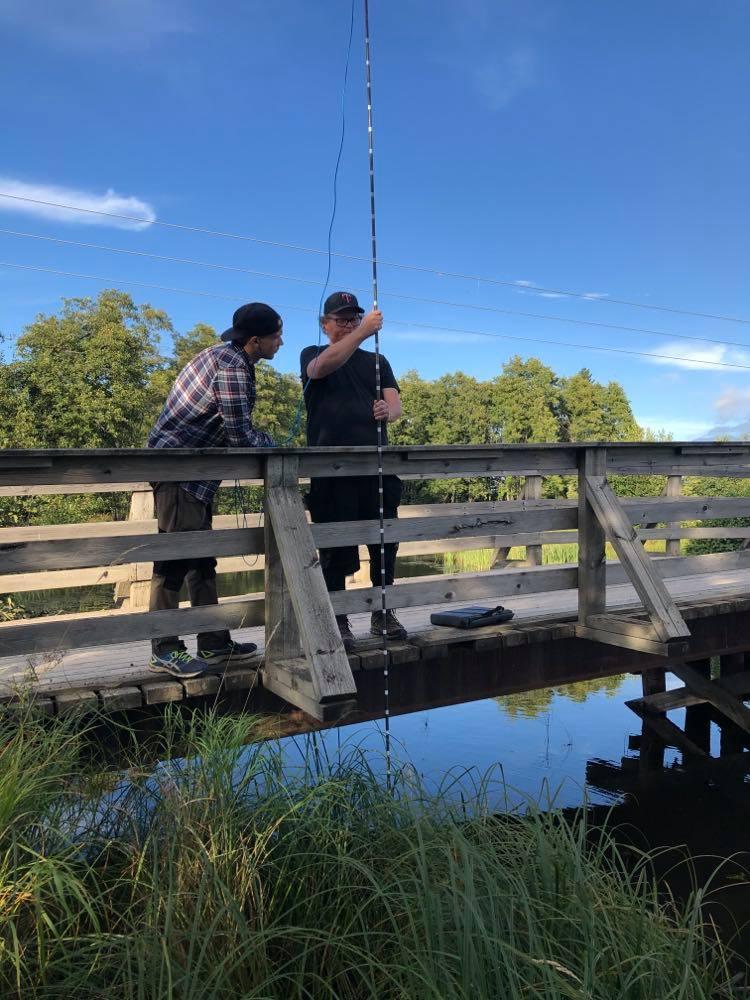 Brian och Erik utför flödesmätning i Alstern inlopp.